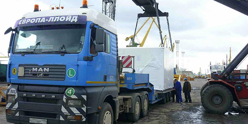перегрузка портовым краном в Санкт-Петербурге