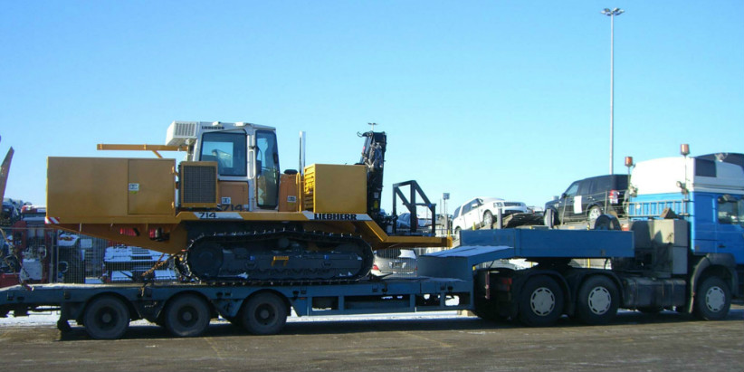 Transportation of oversized cagro: Liebherr Pipelayers